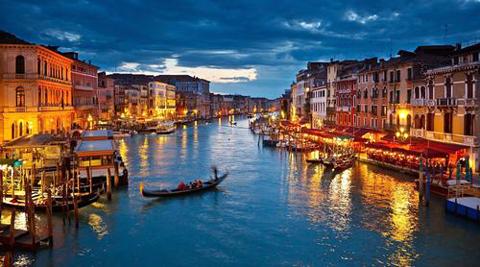 Venice, thành phố ở đông bắc Italy, xây dựng trên 118 đảo nhỏ ở vịnh Venice