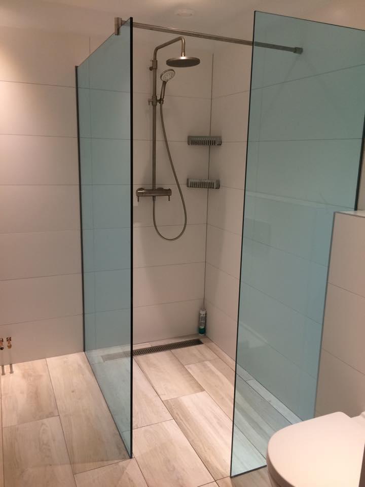 Glazen lichtblauwe douchewand Wassenaar  DullCon