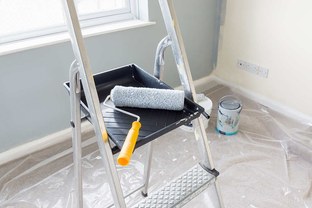 DIY Painting - Ladder paint tray and roller