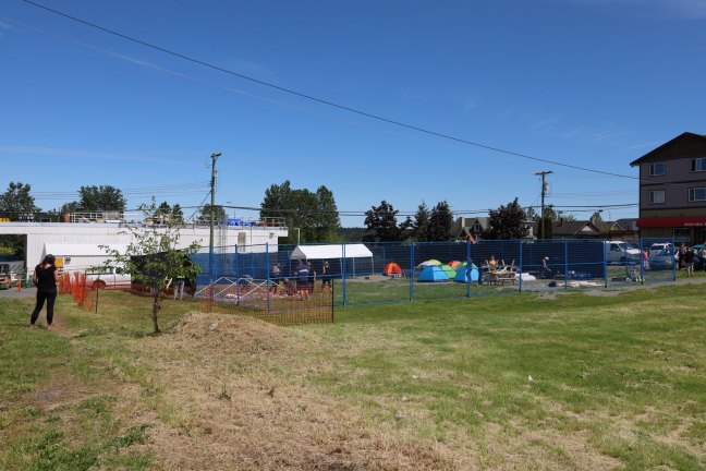 Duncan Mayor Michelle Staples (left) at construction of Tent Site on Buller Street in Ladysmith, 15 May 2020. (photo: Duncan Taxpayers)