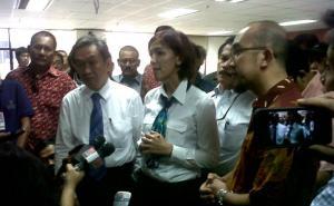 Endah Rumbiyanti (tengah) diapit penasehat hukumnya, Maqdir Ismail (kiri) dan Manager Corporate Communication Chevron, Dony Indrawan (kanan) sesaat usai divonis dua tahun penjara oleh majelis hakim bioremediasi.