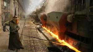 Aktivitas di smelter pengolahan bijih mineral.