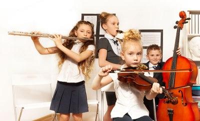 niños que aprenden musica