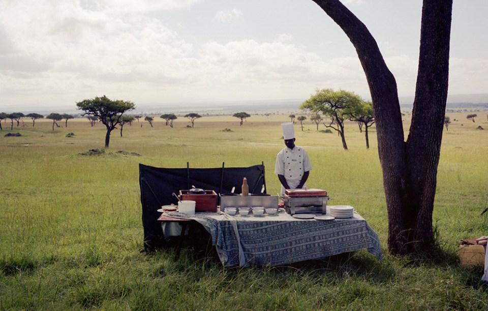 Sergiden bir kare: Kenya'da balonla gezintiye çıkan 'efendisini' bekleyen bir aşçı.