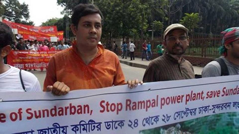 Niloy Neel (turuncu tshirtlü) bir protesto gösterisindeyken.