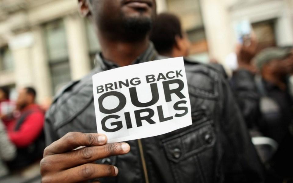"""Borno eyaletine bağlı Chibok kentinde 14 Nisan 2014 tarihinde bir yatılı okula baskın düzenleyen Boko Haram militanları, 276 kız öğrenciyi kaçırmıştı. Nijeryalı avukat İbrahim Abdullahi'nin Twitter hesabından ilk kez 23 Nisan'da gönderdiği """"Kızlarımızı geri getirin"""" mesajı hızla yayılarak küresel çapta bir slogana dönüşmüştü."""