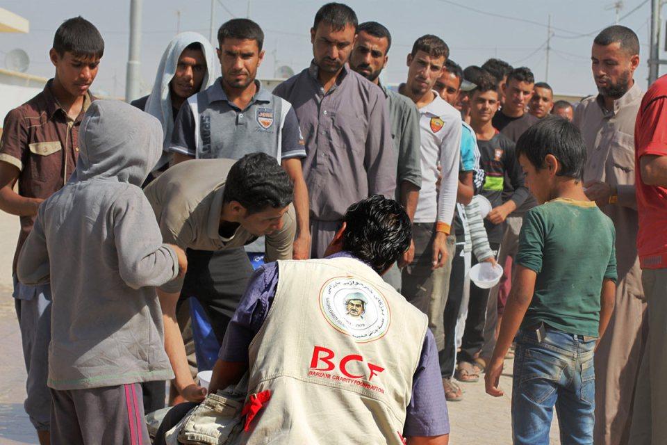 Kuzey Irak'taki kamplarda gıda kuyruğundaki erkekler. Ocak 2014'ten bu yana Irak'ta 3 milyonun üzerinde insan yerlerinden edildi. (Alice Fordham/NPR)