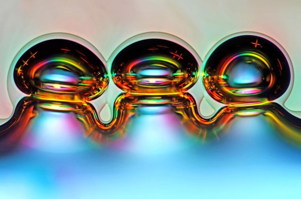 Eriyen asit kristallerinin yarattığı hava baloncukları - 50x büyütme- Fotoğraf: Marek Mis