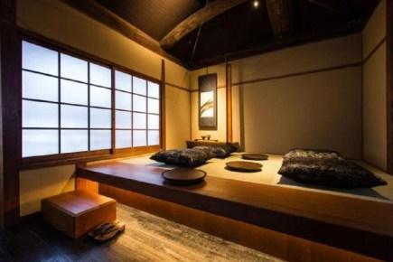 Şirketin Japonya CEO'su Takafumi Minaguchi ziyaretçilerine Kyoto'nun geleneksel ahşap kasaba evi deneyimini yaşatmak istediklerini dile getiriyor.