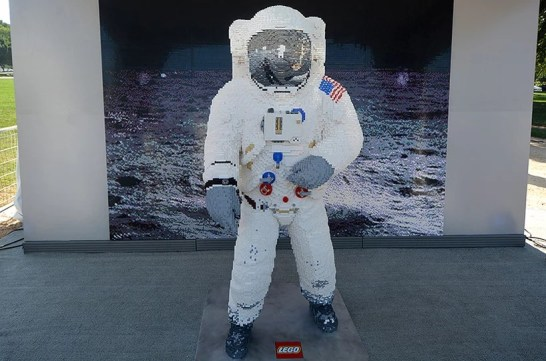 lego-buzz-aldrin-spacesuit-apollo-50-festival-designboom-2