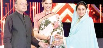 Adakara Deepika Padukone Ne Saal Ka Bara Award  Apne Naam Kar Liya