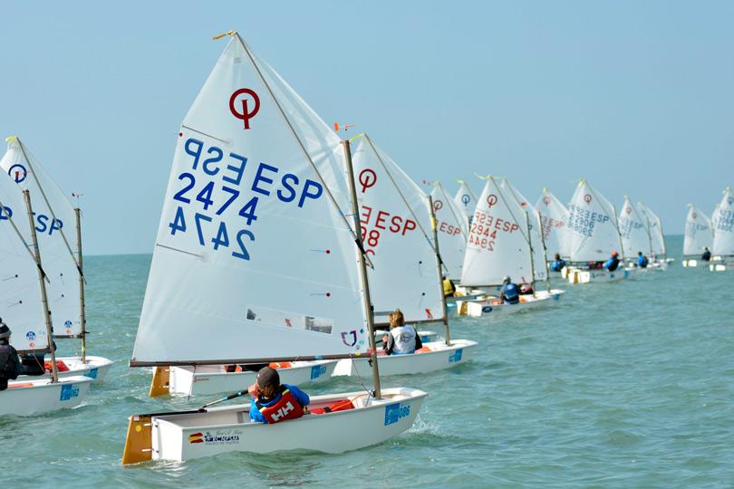 Los Optimist toman la bahía de Cádiz