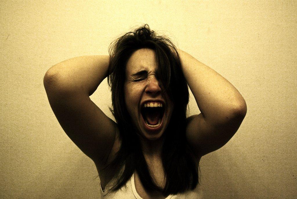 Osećaj nelagode postaje sve jači, dok u jednom trenutku ne dostigne kritičnu tačku i nezadovoljstvo eksplodira.