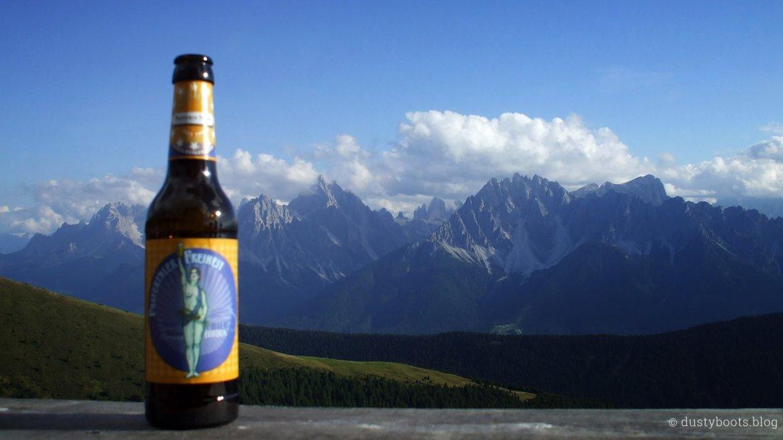Bier auf der Bonner Hütte mit Blick auf die Dolomiten