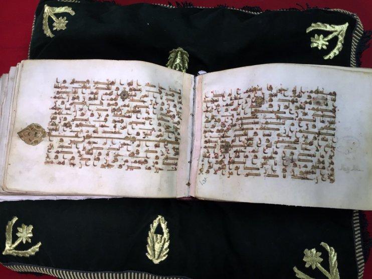 Ama belki de içlerinden en değerlisi, kütüphanedeki en eski yapıt olan, hala orijinal cildiyle saklanan, 9. yüzyıla ait Kur'an örneği.
