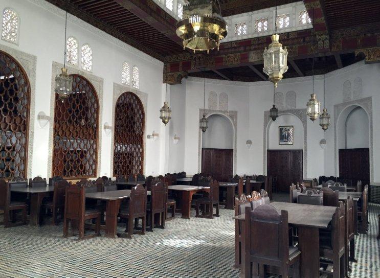 Al-Qarawiyyin yaklaşık 4.000 el yazmasına ev sahipliği yapıyor. Ayrıca, Küfi biçiminde yazılmış 9.yüzyıla ait Kuran örnekleri ve Muhammed'in hayatı hakkındaki en eski kaynaklar da kütüphanede yer alıyor.