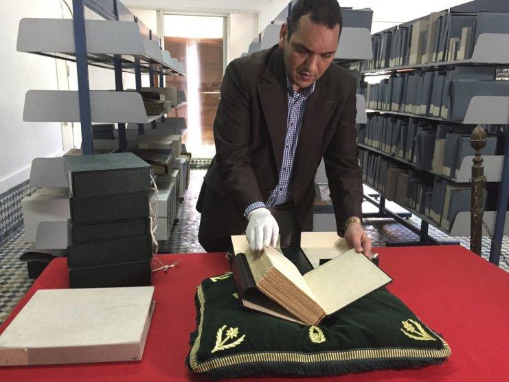 Koleksiyonun küratörü Abdelfattah Bougchouf. Kitapların özenle korunup, saklanmasından o sorumlu.
