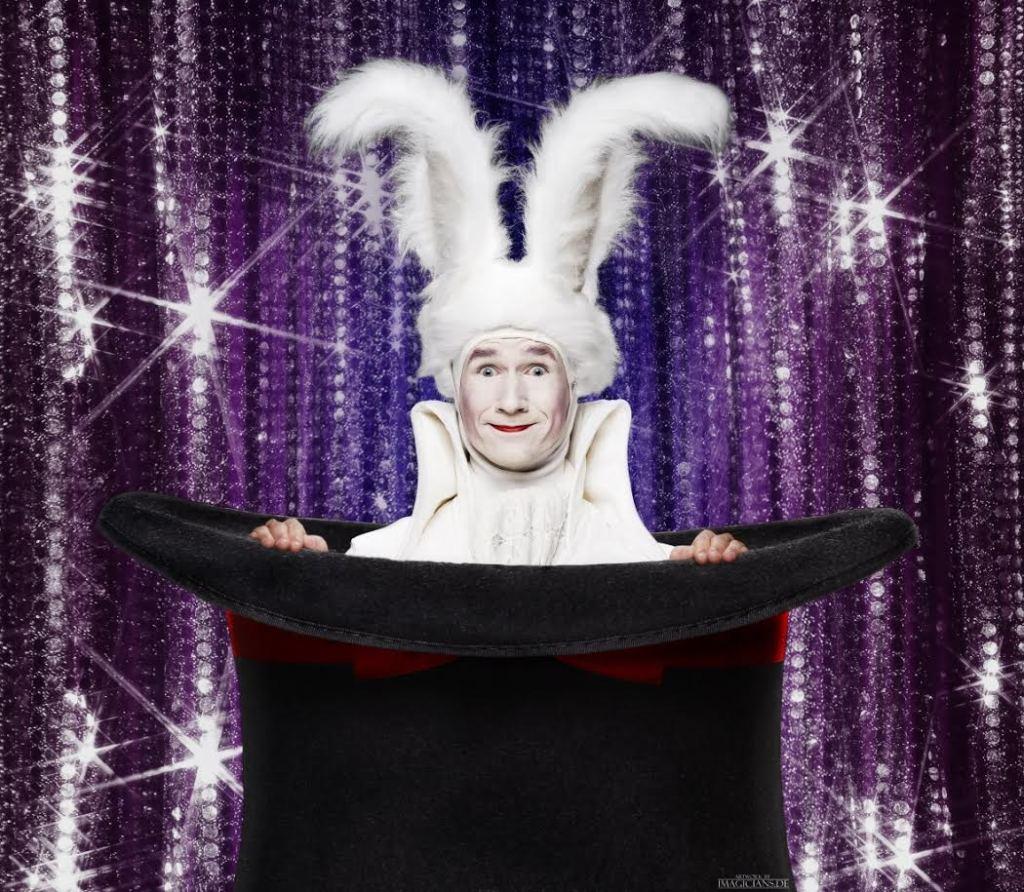 PODIUMACT THE WHITE MAGIC RABBIT door goochelaar Dion