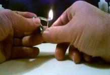Een aansteker maken van kauwgum en een batterijtje