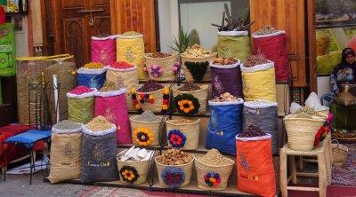 Koopwaar uitgestald in Marrakesh