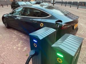 Tesla van We Drive Solar aan een laadpaal.
