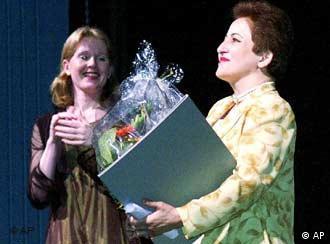 شیرین عبادی در هنگام دریافت جایزه نوبل