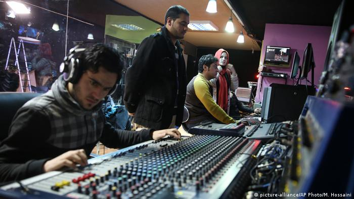 Techniker bei einer Produktion im Studio von Tolo Tv in Kabul (Foto: picture-alliance/AP Photo/M. Hossaini)