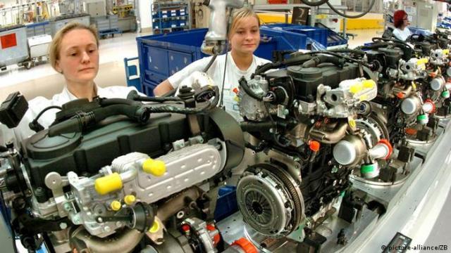 Neue Fertigungslinie für Dieselmotoren im VW Werk Chemnitz (picture-alliance / ZB)