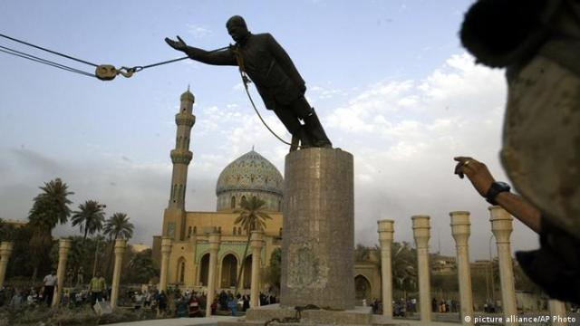 - 60 Jahre Irak Saddam Hussein Statue 09.04.2003 (picture alliance / AP Photo)