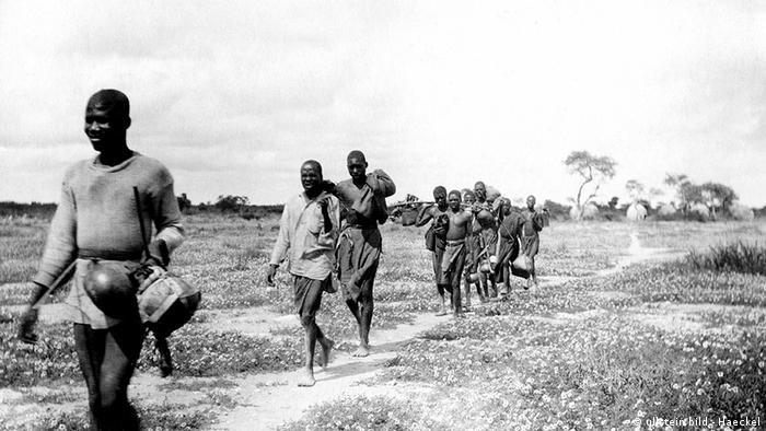 Namibia Geschichte Deutsch-Südwestafrika Ovambos auf dem Weg in die Minenstadt Tsumeb