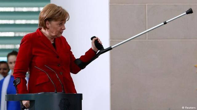 Bundeskanzlerin Angela Merkel mit Krücken im Bundeskanzleramt