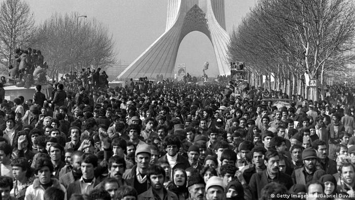 Hunderttausende Iraner harrten an diesem Tag aus, um dem Autokorso zuzujubeln, in dem Khomeini zum Zentralfriedhof fuhr, um dort seine Ankunftsrede zu halten (Foto:afp)