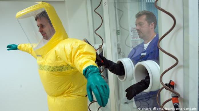 Anlegen eines Ebola-Schutzanzuges in Düsseldorf (Photo: picture-alliance / dpa / Federico Gambarini)