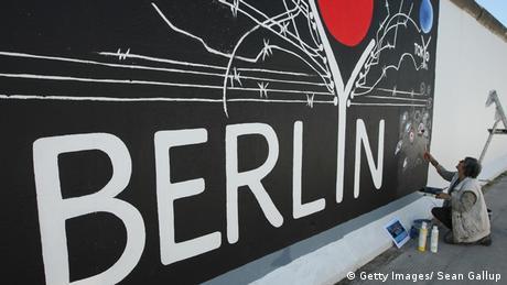 East Side Gallery Berlin Mauer Sanierung Gestaltung Künstlerin Anne Lahr