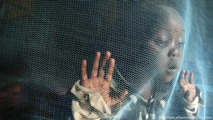 Afrika Malaria Kind hinter Moskitonetz