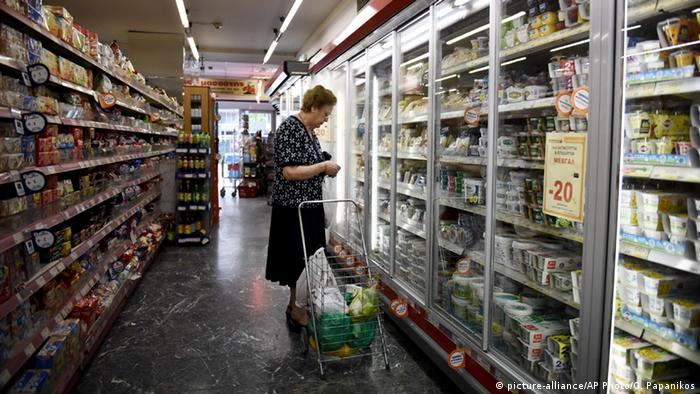 Greek shopper (picture-alliance/AP Photo/G. Papanikos)