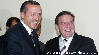 Gerhard Schröder and Erdogan (picture-alliance/AP Photo/O. Orsal)