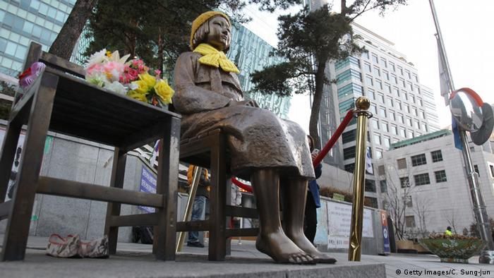 Seoul Südkorea Statue Comfort Woman vor der japanischen Botschaft (Getty Images/C. Sung-Jun)