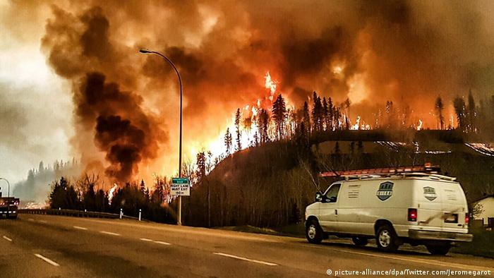 Wildfire rages through the town of Fort McMurray, Canada, in May 2016 (Photo: picture-alliance/dpa/http://ift.tt/2rE2AhY)