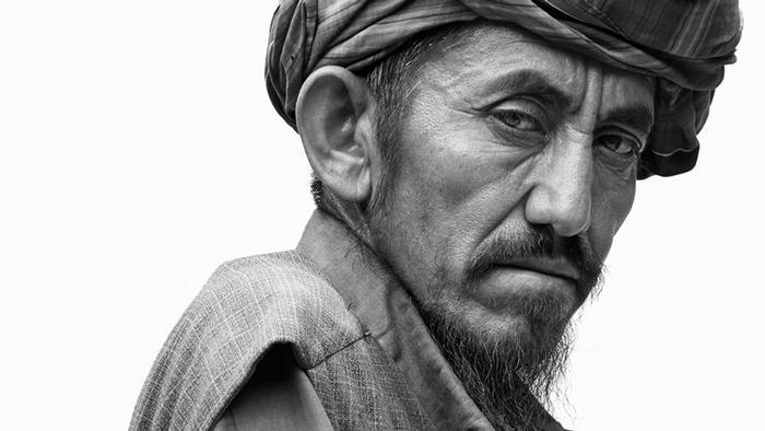 Als schaue er einem direkt ins Gesicht: Dieser alte Mann ist Teil des neuen Projekts von Jens Umbach. Über 100 Afghanen hat der deutsche Fotograf auf seiner Reise durch das nordafghanische Masar-i-Scharif im Jahr 2014 fotografiert.