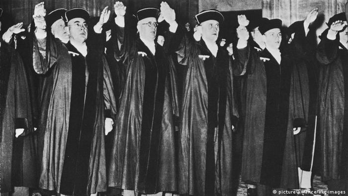Juízes nazistas em 1934: presença dominante no Ministério da Justiça da jovem RFA
