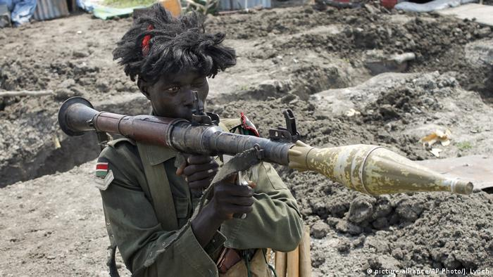 Südsudan Krieg - Regierungssoldat (picture-alliance/AP Photo/J. Lynch)
