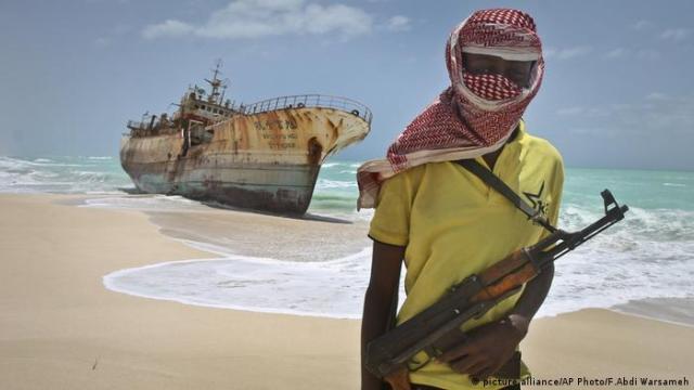 Somalischer Pirat Somalia (picture alliance / AP Photo / F.Abdi Warsameh)