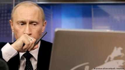 Vladimir Putin with a laptop (picture-alliance/dpa/D. Astakhov)