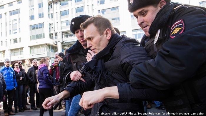 Russland Nawalny Festnahme bei den Protesten in Moskau (picture-alliance/AP Photo/Evgeny Feldman for Alexey Navalny's campaign)
