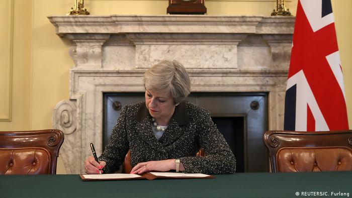 England Theresa May unterschreibt Brexit-Antrag (REUTERS/C. Furlong)