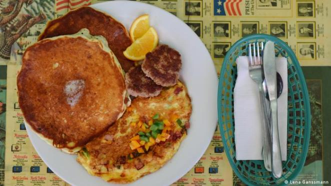 American breakfast from the Nalu Diner in Berlin: Denver omelets, buttermilk pancakes and breakfast patties (Photo: Lena Ganssmann)