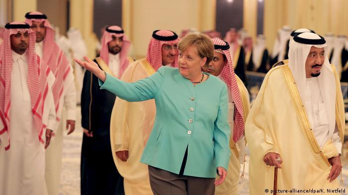 Saudi-Arabien Merkel neben König Salman im Königspalast (picture-alliance/dpa/K. Nietfeld)