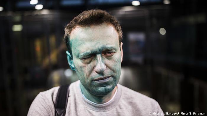 Russland   Oppositionsführer Alexei Navalny nach Attacke mit Zelyonka (brilliant green antiseptic) (picture-alliance/AP Photo/E. Feldman)