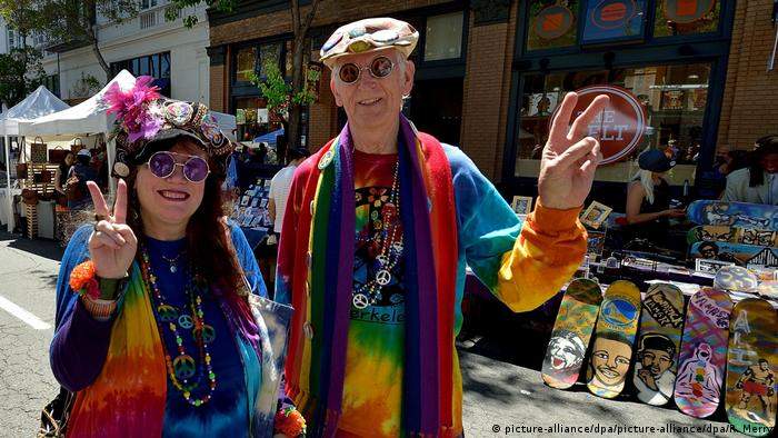 Two people dressed as hippies celebrate the Summer of Love (picture-alliance/dpa/picture-alliance/dpa/R. Merry)